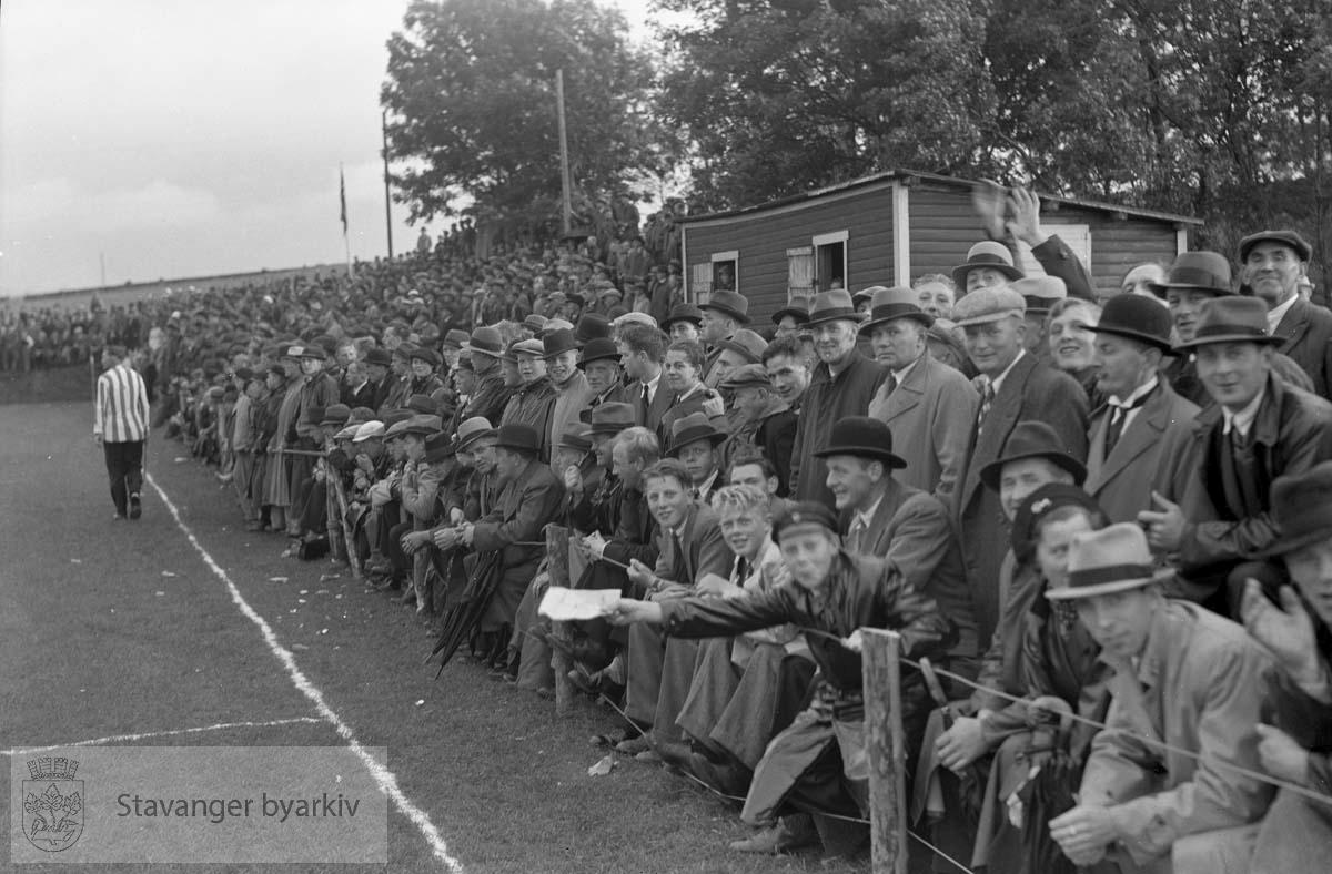 Tilskuere langs sidelinjen. .Fotball. .Jarlabanen i Hillevåg.