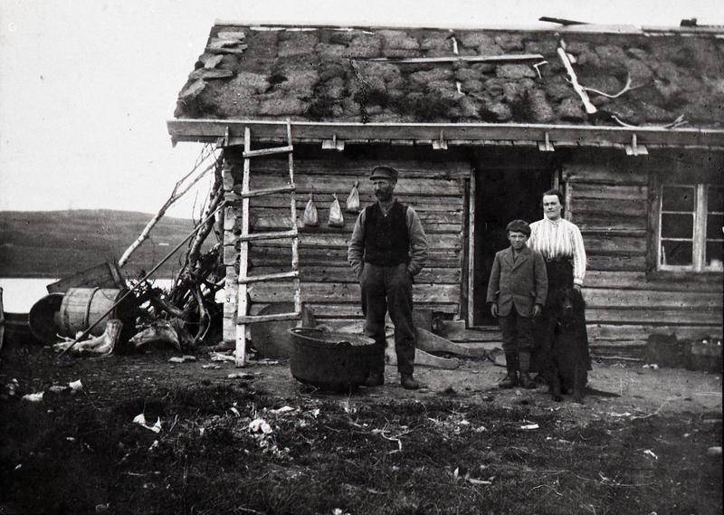 Knut, Andris og Randi Løken på Forostøl, Ristegilen, Vestre Slidre. Ukjent fotograf. VFF VS-2.1.