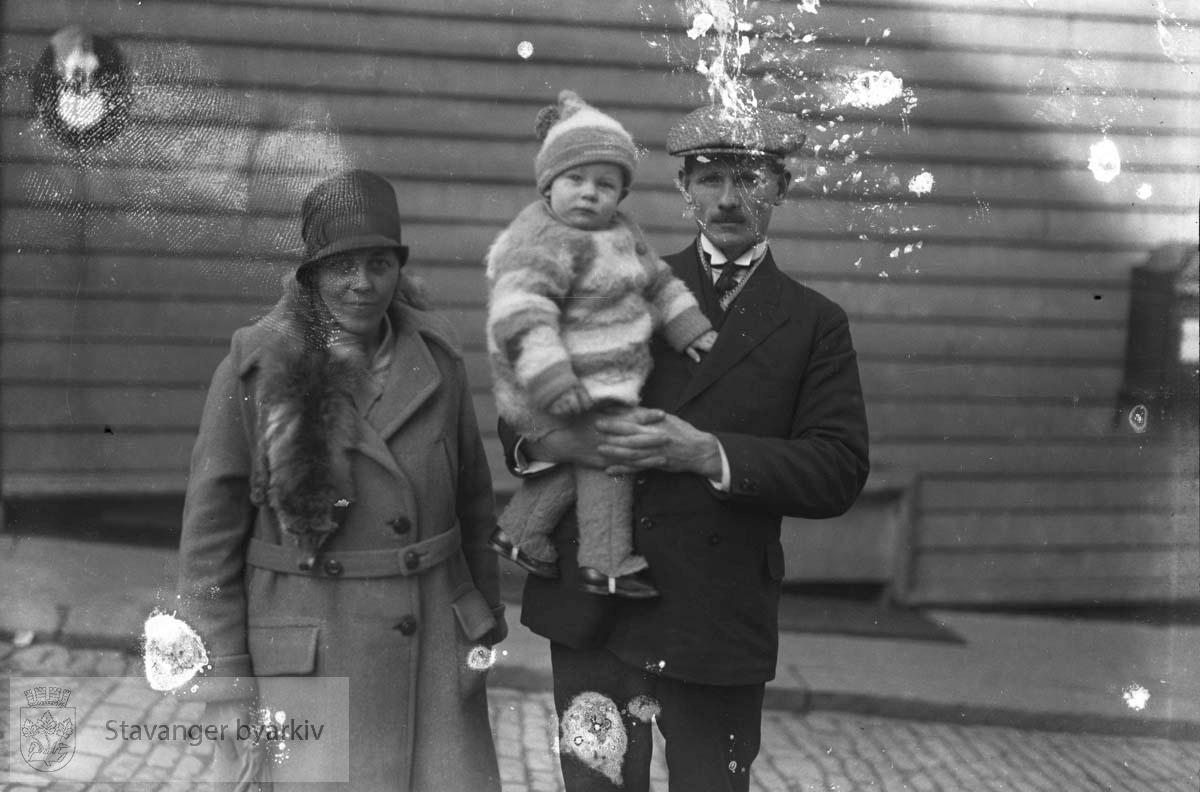 Familie på brosteinsgate......Arkivene til Gard Paulsen og Hans Henriksen ble avlevert sammen. Det er dermed noe usikkert hvem som egentlig er fotograf. Enkelte bilder kan ha blandet seg.