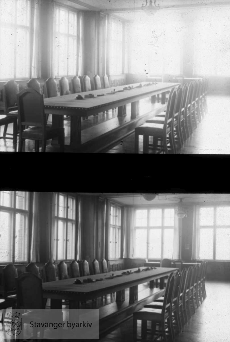 Langbord i sal.....Arkivene til Gard Paulsen og Hans Henriksen ble avlevert sammen. Det er dermed noe usikkert hvem som egentlig er fotograf. Enkelte bilder kan ha blandet seg.