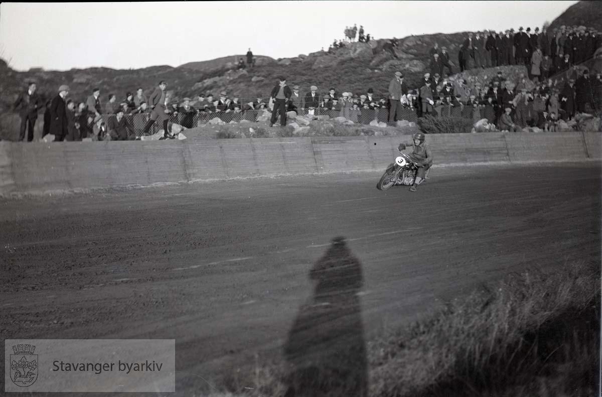 Motorsykkel på banen. Speedway. .Tilskuere langs banen.