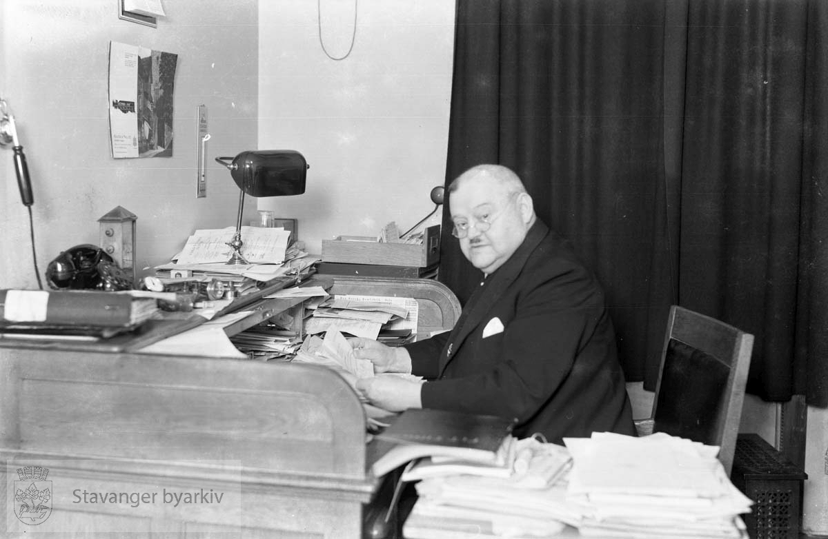 Rasmussen & Racine.Andersen ved kontorpulten