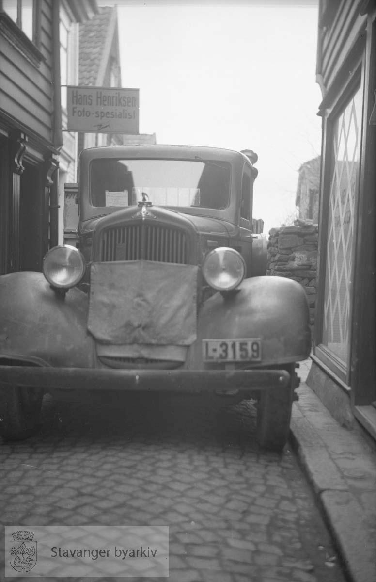 Biler utenfor Hans Henriksens forretning i Steinkargata.Kjøretillatelse i frontrute
