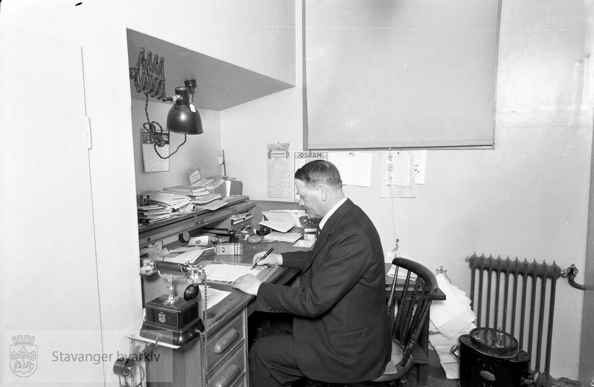 Mauland på kontoret, Klostergården, Pedersbakken.Telefon på skrivebordet