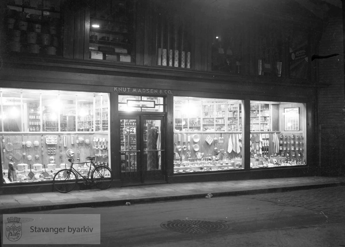 Diverse vinduer og fasader:.Knud Madsen & Co farvehandel