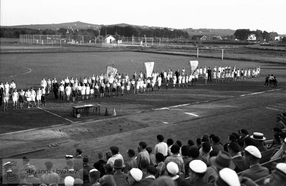 Friidrettsstevne for gutter, Stavanger stadion.Deltagere oppstilt på banen