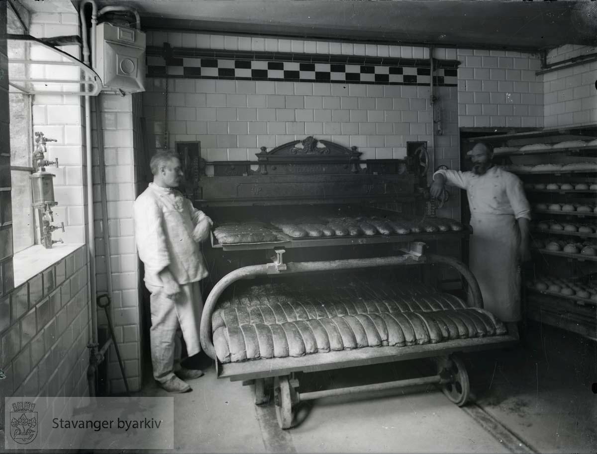 Forretningen ble etablert i 1892 og stadig ombygd og utvidet. Den inneholdt bakeri, kolonial-, korn-, mel- og fôrhandel.