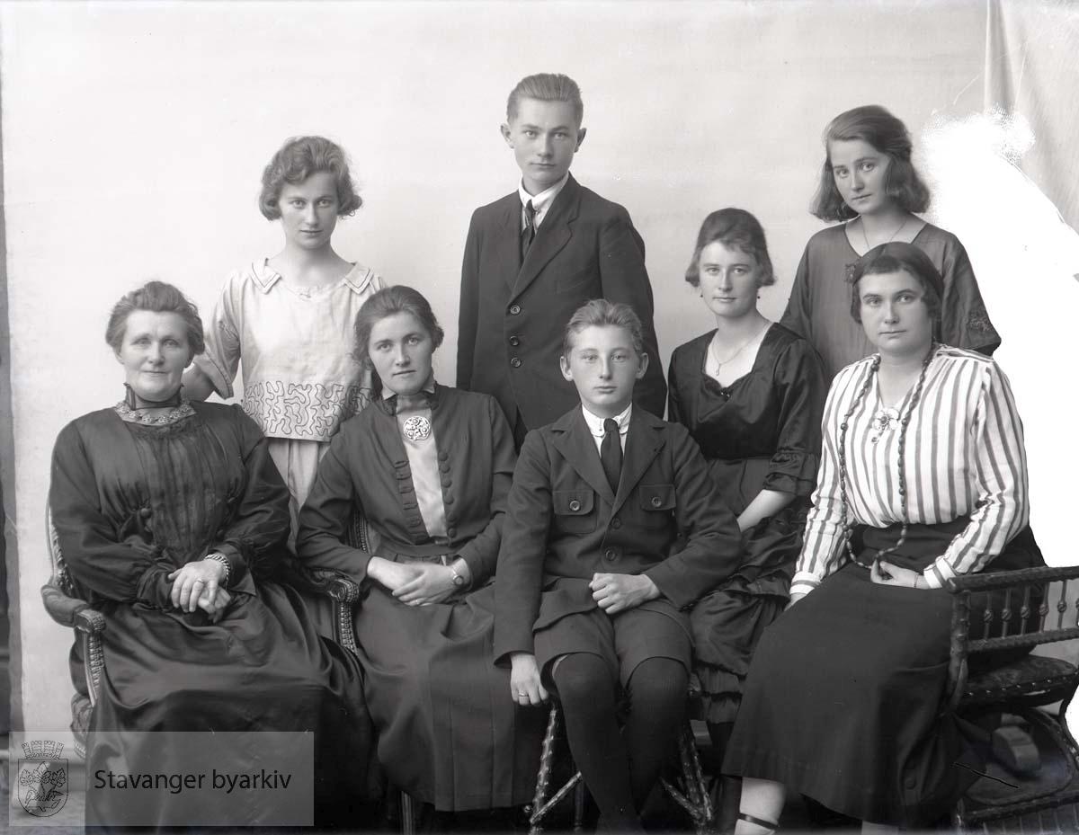 Bildet har nummer 60777 i Johannessens kundeprotokoller. Familieportrett.