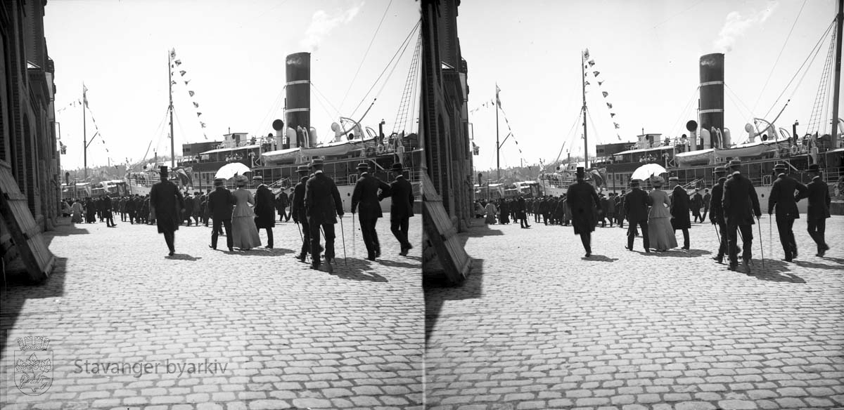Haakon VII har lagt til Skagenkaien..Tollboden til venstre?.Stereofotografi..