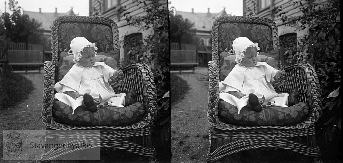 Stereofotografi..Solveig Margrethe Eckhoff i en kurvstol