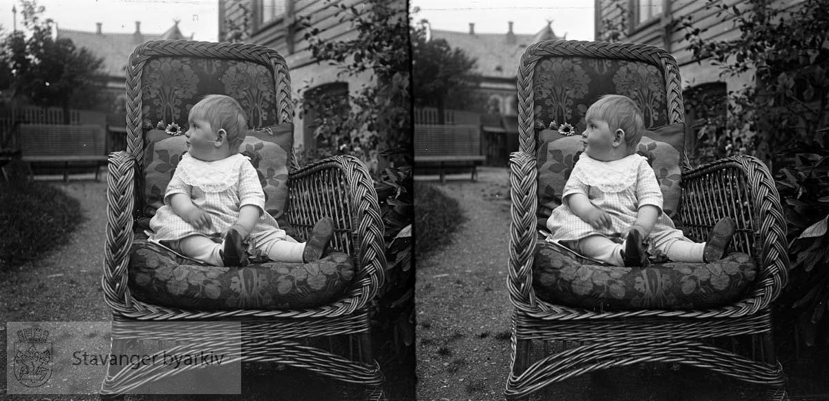 Stereofotografi ..Solveig Margrethe Eckhoff i en kurvstol
