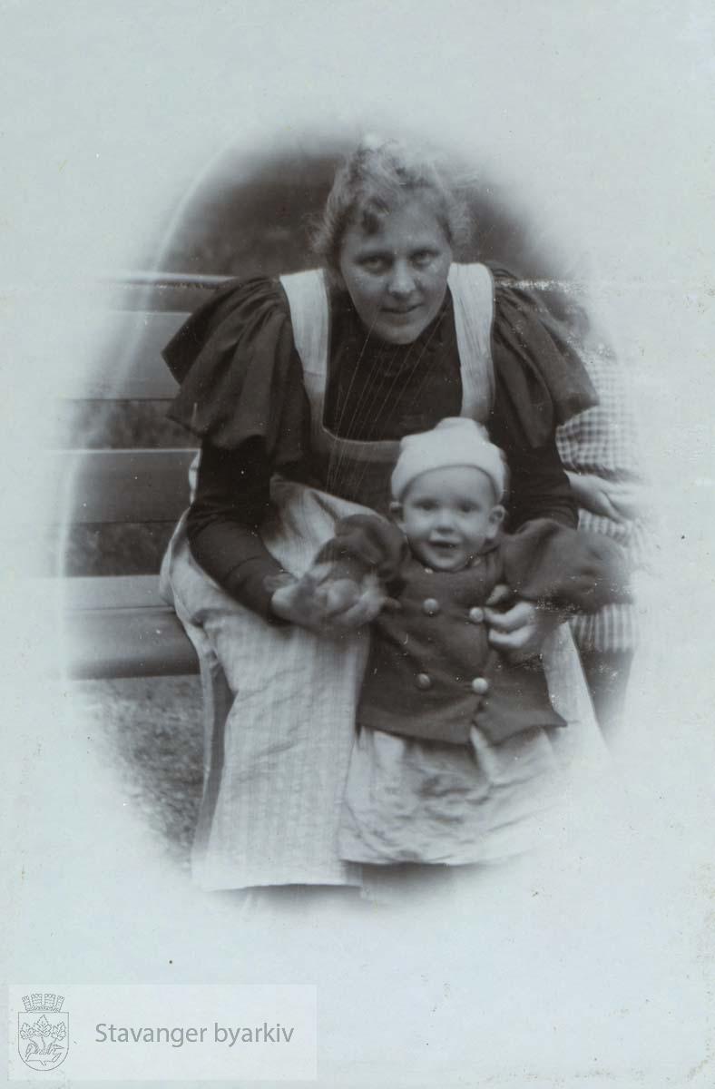 Martha Monsen med sønnen Haakon
