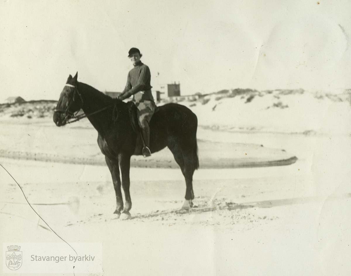 Ellen Lund til hest på Solastranden