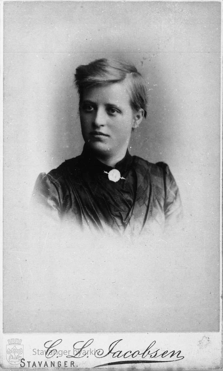 Portrett av Adel Gjøstein (1867-1915).Visittkort.Repronegativ....Jfr. Nag, Martin: «Aadel Gjøstein, – 'Original jente, vakkert ansigt'», Årbok 1996. Arbeidernes Historielag i Rogaland, s. 58