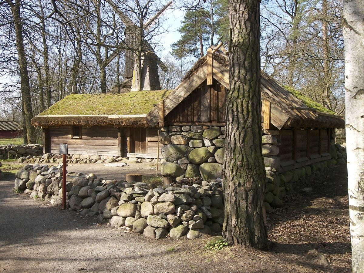 Hornborgastugan på Skansen består av en byggnad i L-form som rymmer bostad, fähus o lada. En stenmur hägnar in området, och en grusgång leder fram till ingången. På baksidan finns en odlingsyta för rovor och potatis. Längs bostadshusets östra och södra sida finns en mullbänk med odlingar.   Hornborgastugan flyttades från Hornborga by i Västergötland till Skansen 1898.