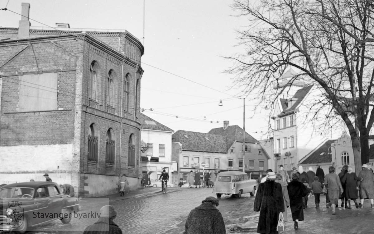Stavanger fengsel og Stavanger Sparekasse til venstre.