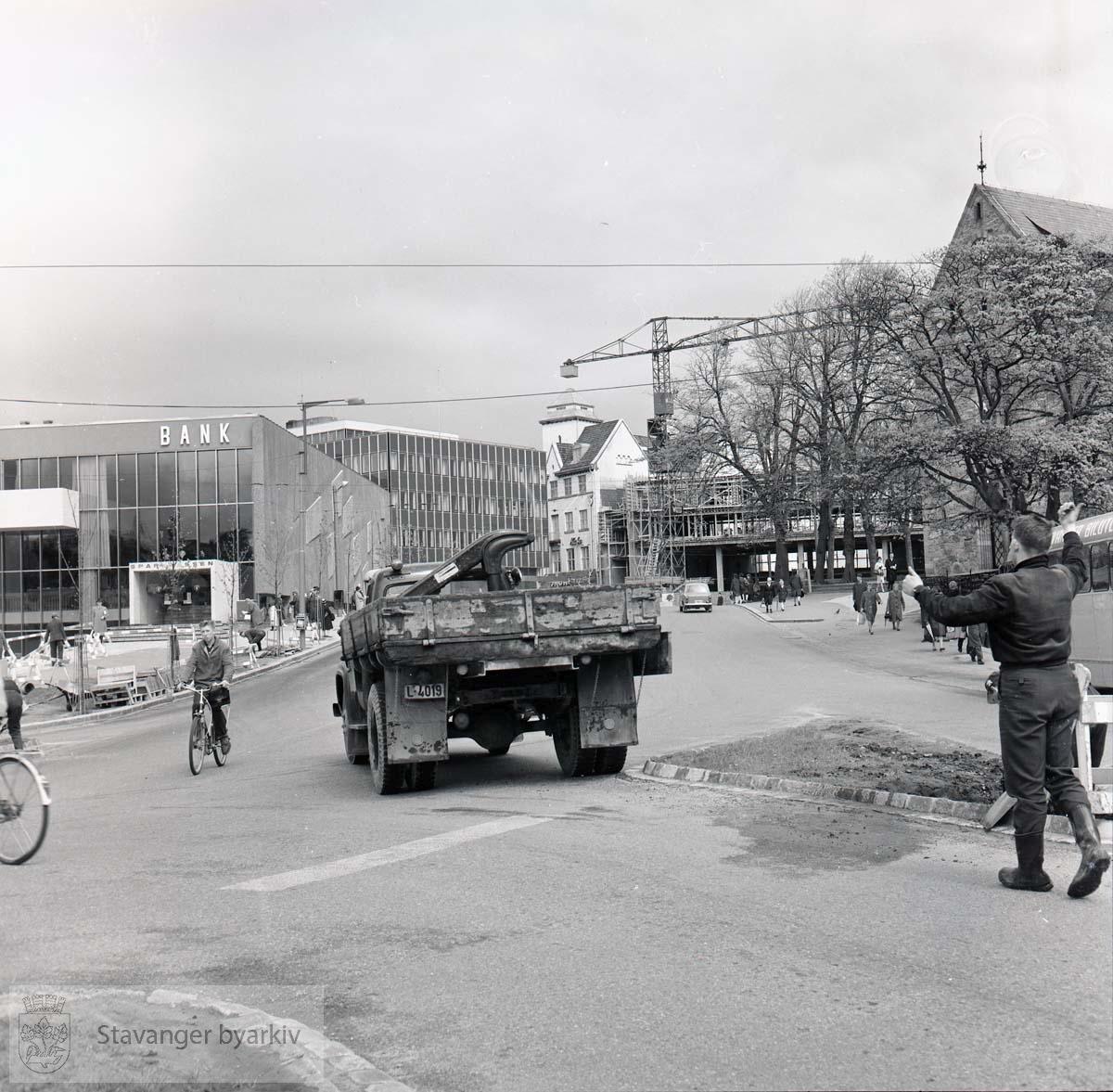 Anleggsarbeid. Norges Bank under oppføring. Stavanger Sparekasse, Hetland Sparebank og Domkirken. Buss nr 9 Mariero-Hillevåg i gaten.