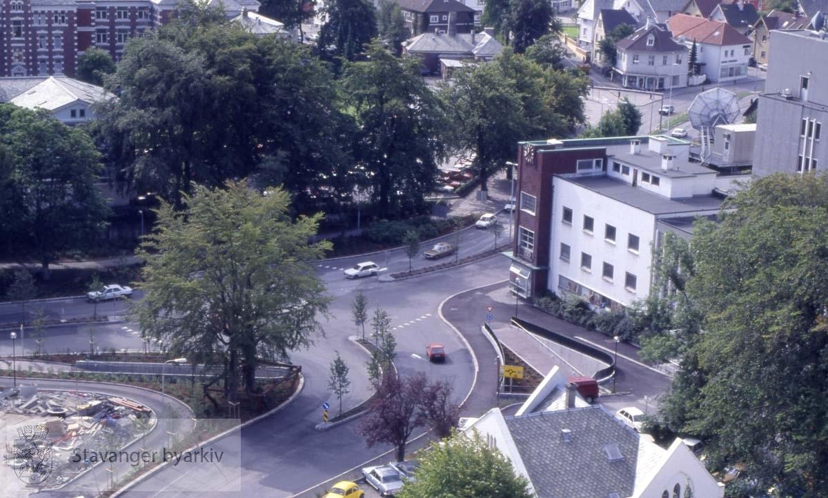 Fra Løkkeveien mot Kannikgata og Madlaveien.Sykehuset rett fram. Den katolske kirken til venstre. Televerksbygget til høyre.