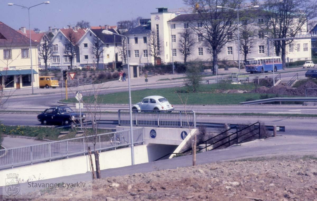 Madlaveien sett fra innkjørselen til motorveien.Stavanger sanitetsforening til høyre
