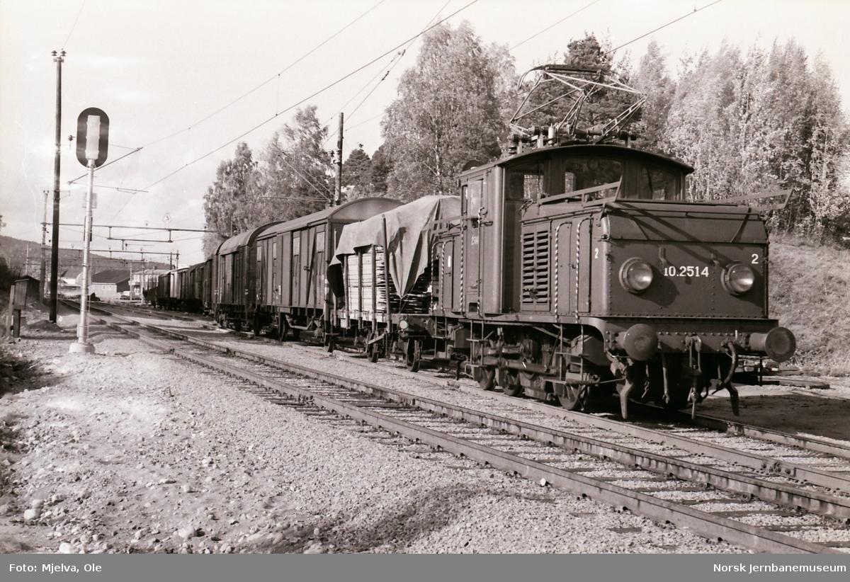 """Elektrisk lokomotiv type El 10 nr. 2514 med lokalgodstoget """"Planken"""" på Sørumsand stasjon."""