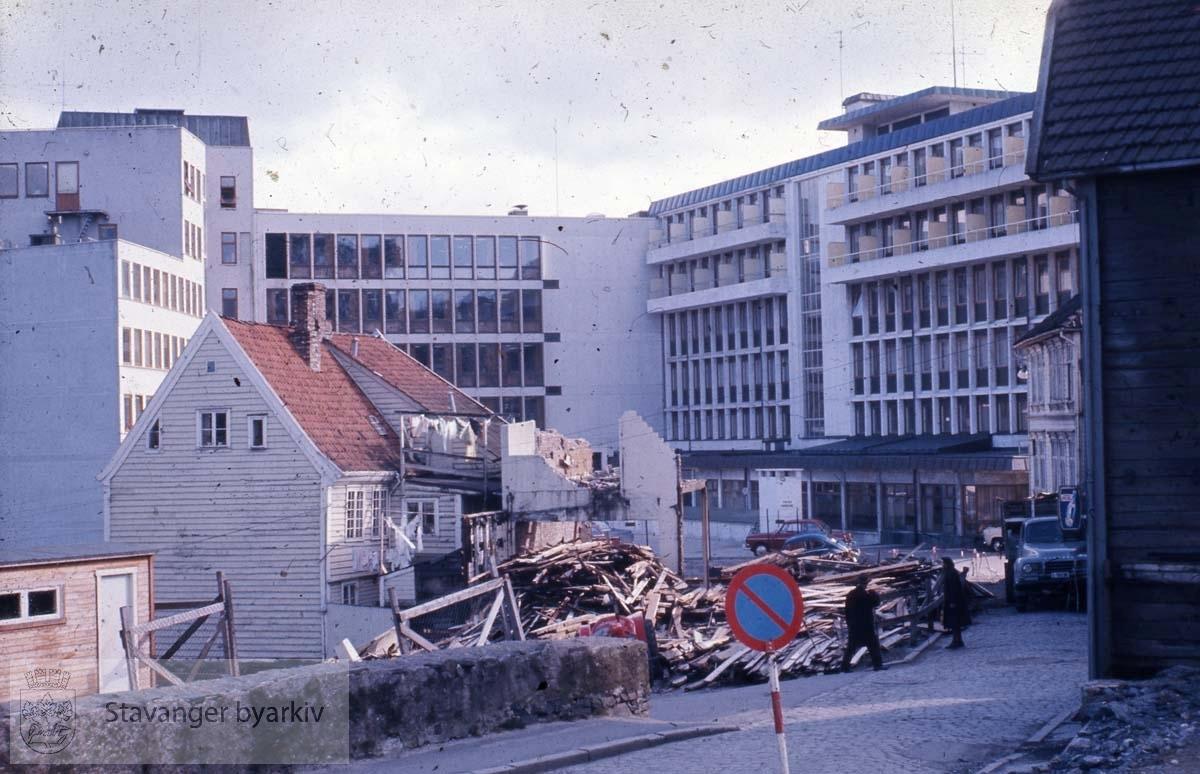 Riving Øvre Strandgate.Ankerbygget og Romsøegården i bakgrunnen