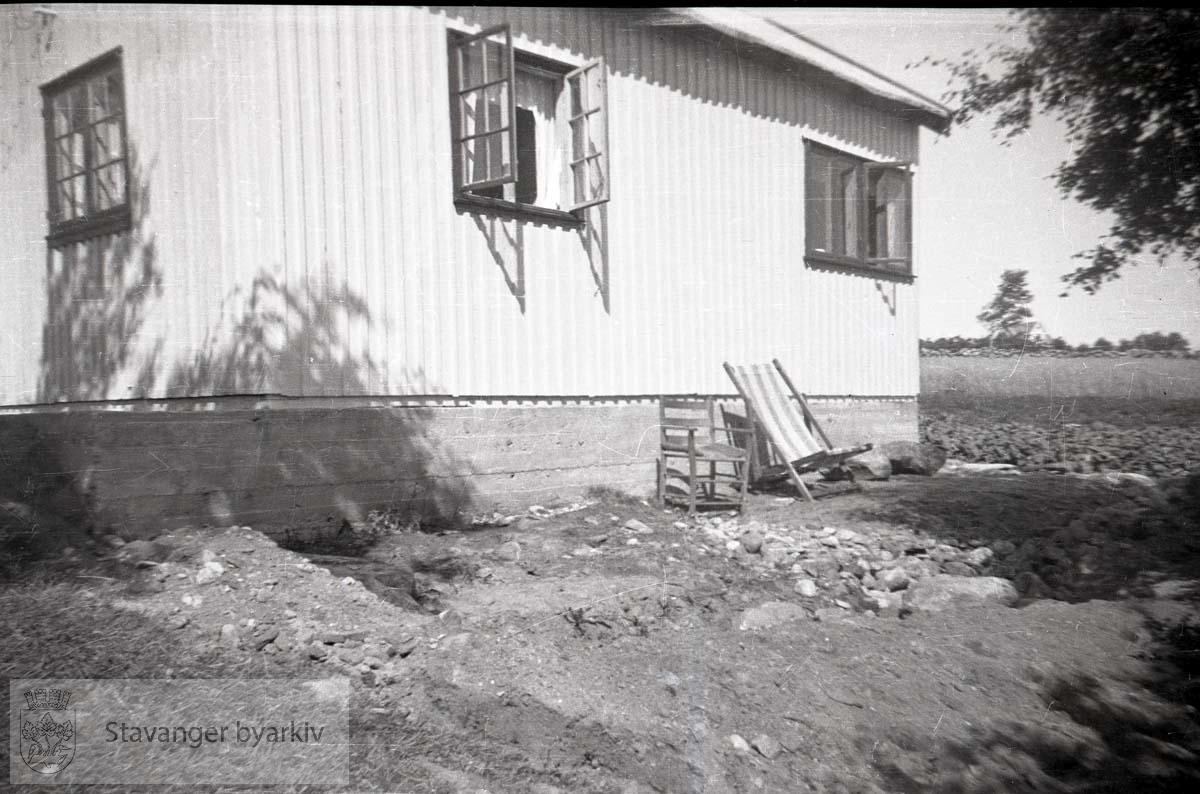 Hytte eller sommerhus..Fluktstol langs husveggen.