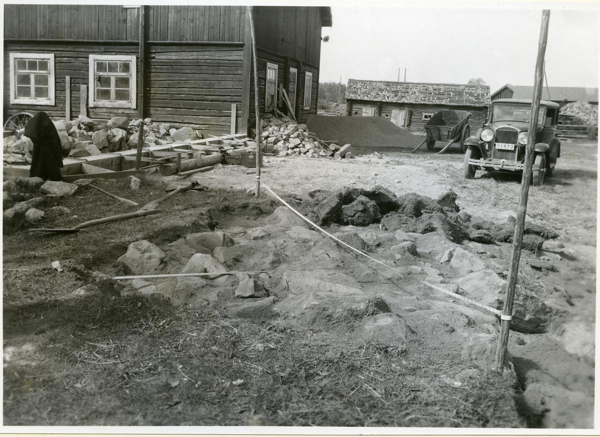 Västerås, RAÄ fornlämning 396:1 Grav nr 6, sedan torven över stenlagret borttagits, på Vedby gård.