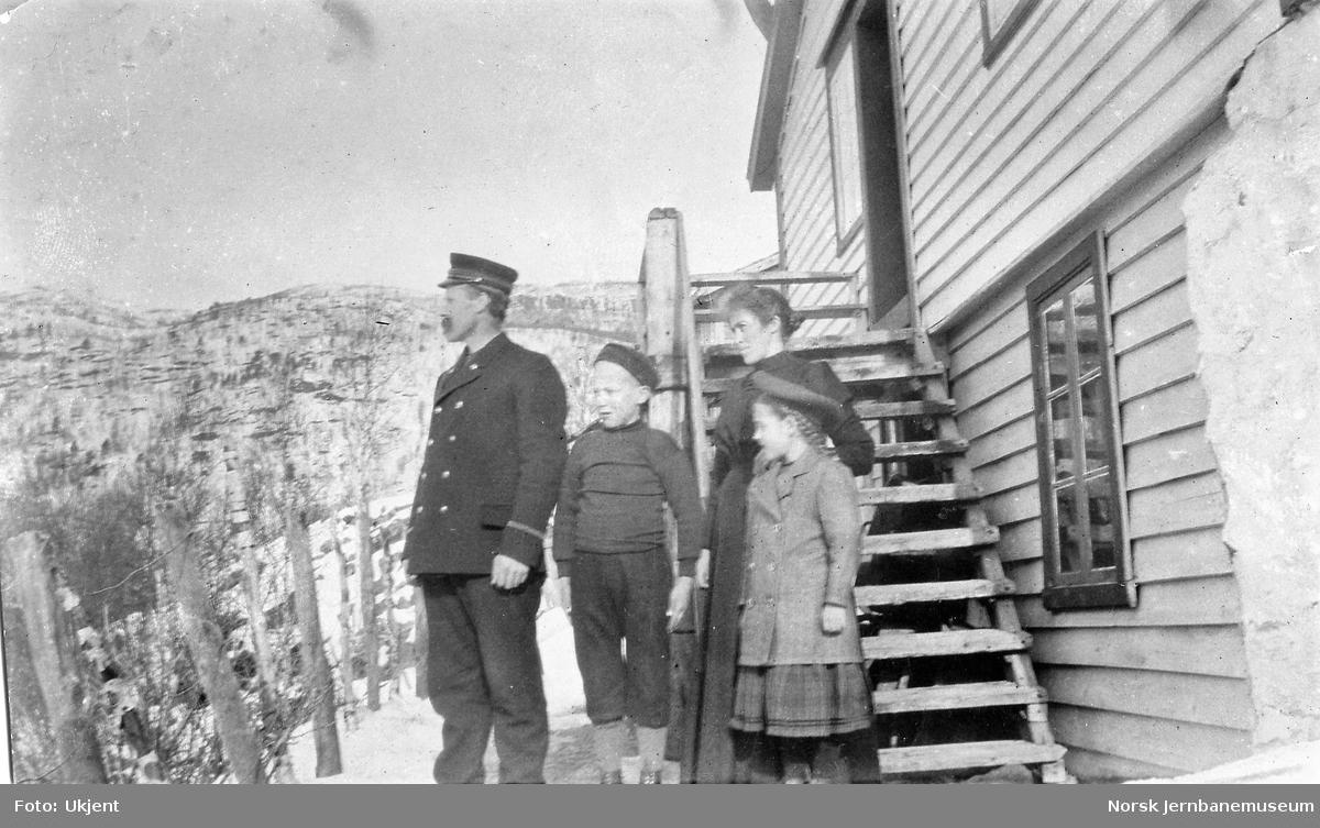 Baneformann Johannes H. Romslo med famile ved Skiple vokterbolig.