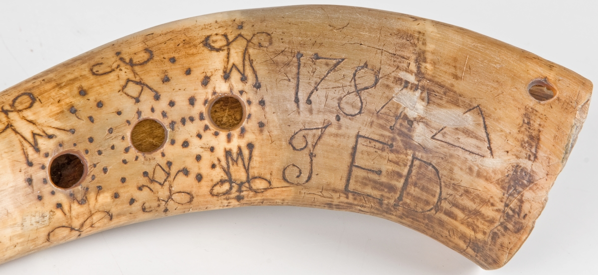 Vallhorn, av oxhorn, ornerad och märkt 1784, I. E. D.