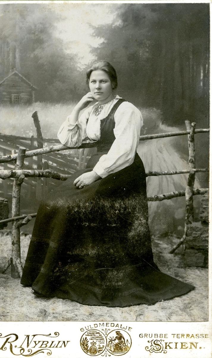 Atelierfoto av ei ukjend ung kvinne.