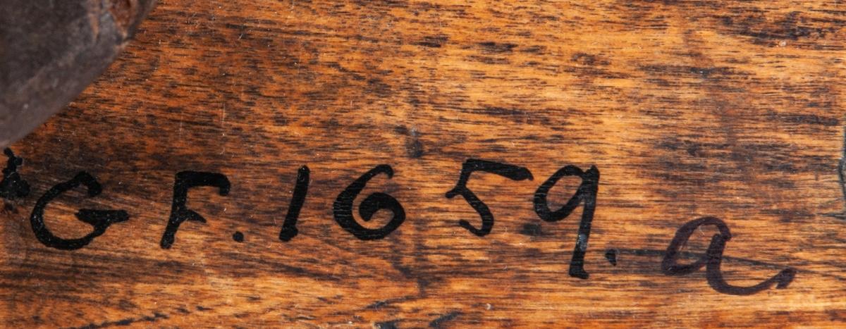 Ett par lokor av trä, ornerade med bortskrapad målning. Märkta Anno 1617.