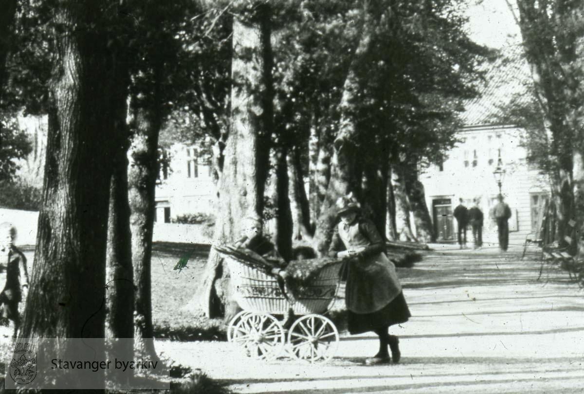 Kvinne går tur med barnevogn.