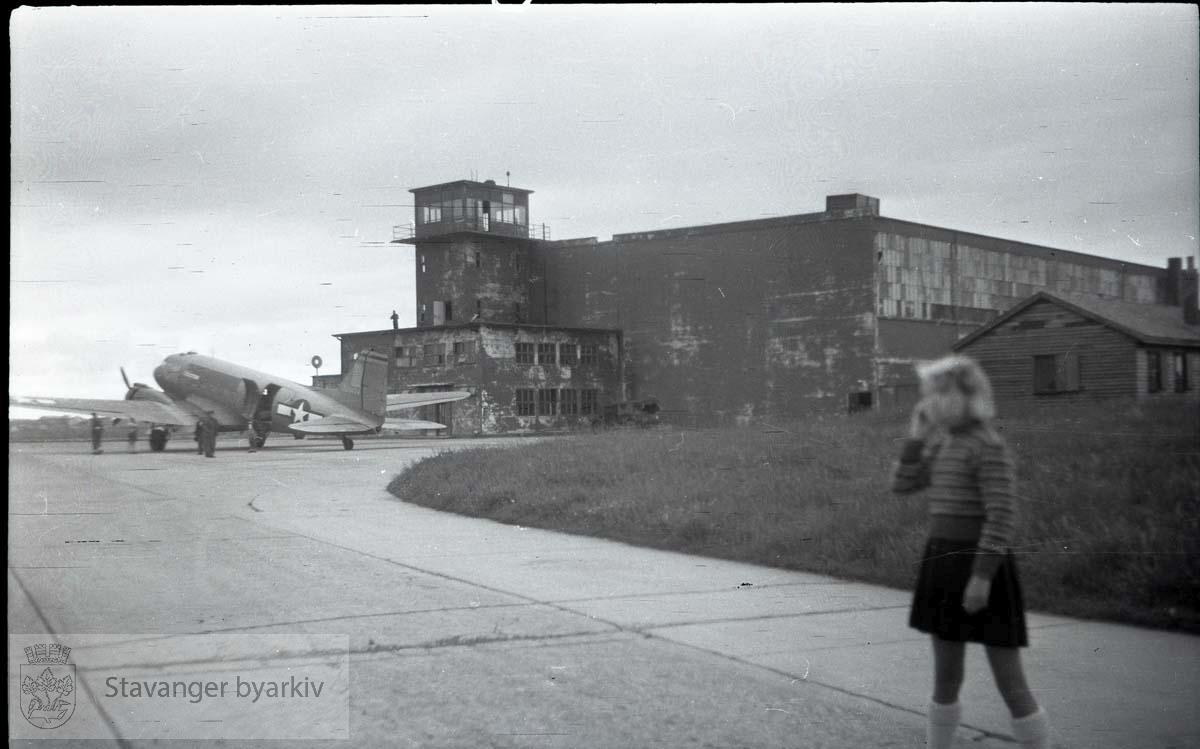 Leslie, Aud, Olav, Anne og Emilie på Sola flyplass .Frigjøringen.Frigjøringsdagene.Fredsdagene 1945