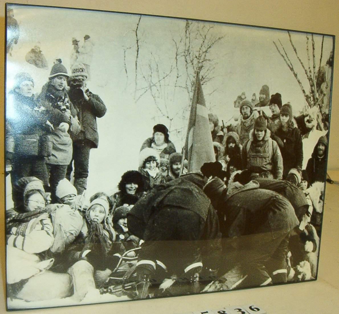 Demonstrasjon mot kraftutbygging i Alta. Politi og demonstranter.