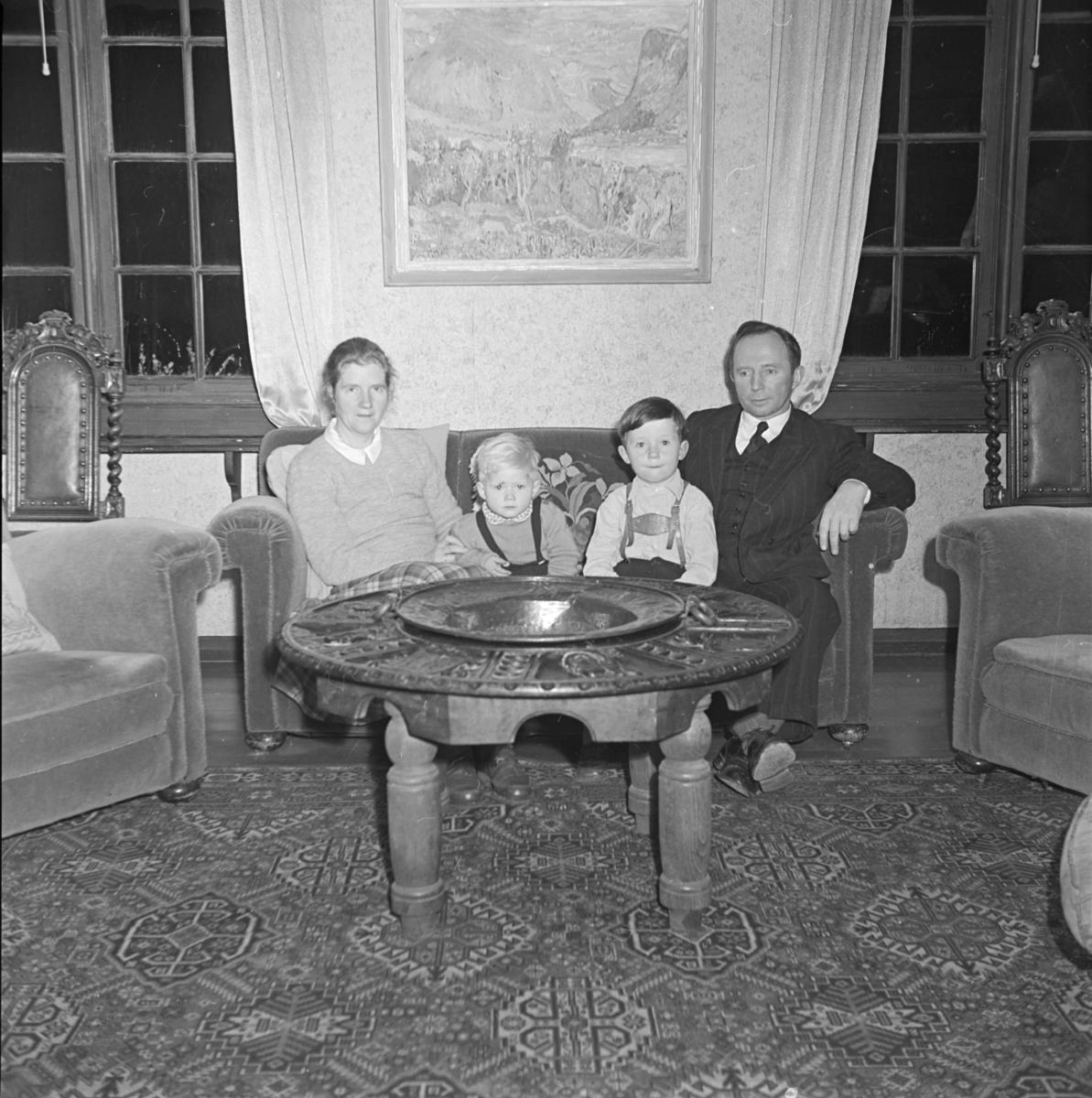 Interiørbilde fra Østre Gausdal prestegård - familie med to barn i sofaen