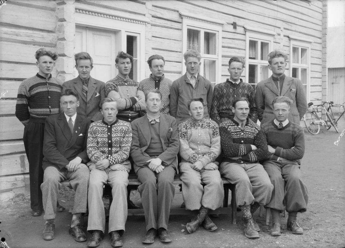 Elever og lærer Hans Ødegård ved Hjerleidske Husflidsskole avdeling Mosjordet, Dovre