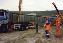 Volvo lastebil med transport av betongbjelker til brubygg og