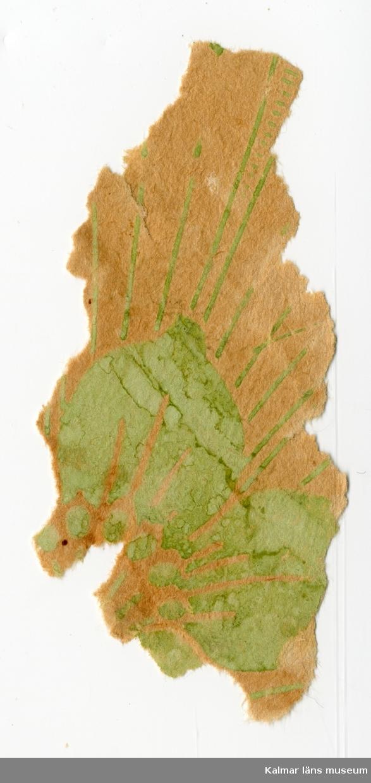 KLM 46180:1. Tapet. 2 st bitar. Ofärgat papper med tryck i grönt. Liljor och rutmönster.