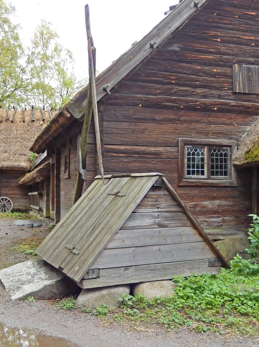 Brunnen på Oktorpsgården är överbyggd. Brunnsvippenär fastsatt i häbbarets vägg. Hela konstruktionen är omålad. Taket är ett sadeltak av bräder med en dörr i takfallet som vetter mot brygghuset.   Brunnen flyttades till Skansen 1896 från Oktorps by i Slöinge socken, Årstads härad i Halland.