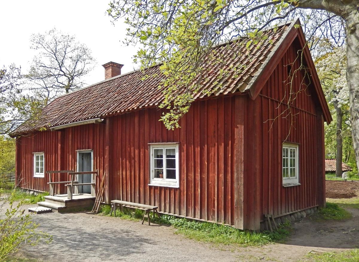 Statarlängan på Skansen är en timrad byggnad i en våning, troligen uppförd omkring år 1800. Fasaden är klädd med locklistpanel och målad med röd slamfärg. Byggnaden har sadeltak, klätt med enkupigt lertegel. Skorstenarna är två, murade av tegel, placerade i takfallet mot baksidan.  Statarlängan flyttades till Skansen 1967 från Snickartorp, beläget under Berga säteri, Åkers socken, Södermanland.