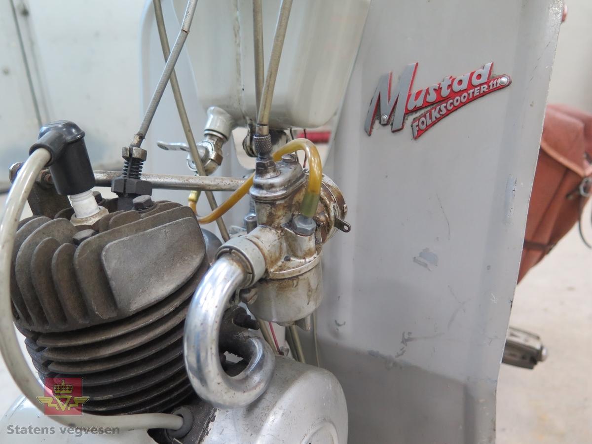 Motoren er en AMO FM 50 k, en-sylindret totakt med sylindervolum 49,7 ccm. Slaglengden er 40 mm, kompressjonsforholdet er 6,8 :1, effekten er 1,2 hk. Den bruker oljeblandet bensin (4%). Forgasseren er av typen Pallas 12 Z. Elsystemet har en svinghjulsmagnet av typen Noris 6 volt 3 W. Tankvolum er 2,5 liter. Fotbrems bak, håndbrems foran. Har pedaler for å kunne tråkkes. Grå i farge.