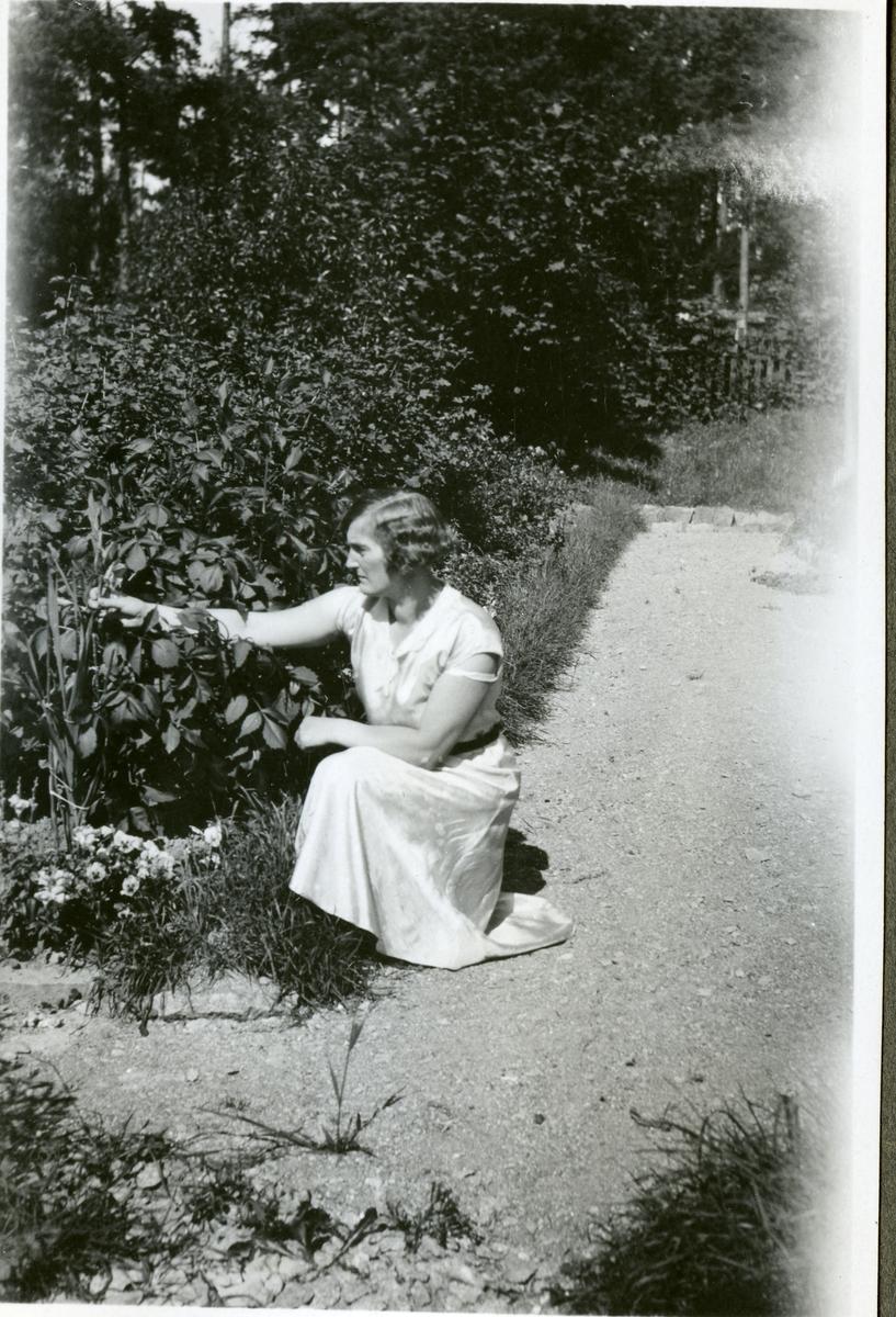 """Himmeta sn, Tveta. """"Tant Ester"""". Kvinna i trädgård."""
