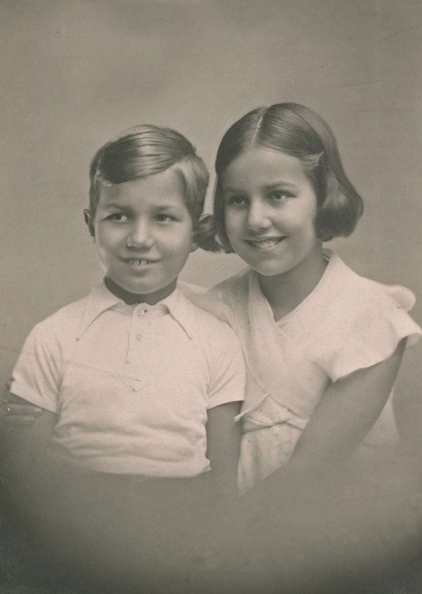 BIldet er tatt Desember 1935 og forestiller barna til Anton Sophus Bachke og hans hustru Gabrielle (Gabby) Giraud. Odetta født 13.september 1924 i Nice og Anton født 28 (27) september 1927 i Nidaros.