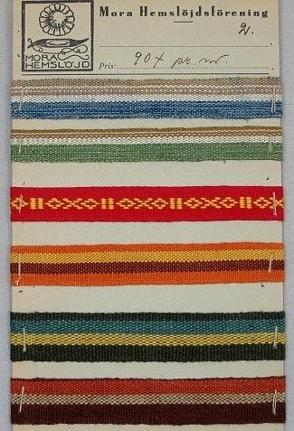 Bandprover från olika tider och av olika typer, de flesta dock mönstervävda, krusade. De är monterade på kartong.