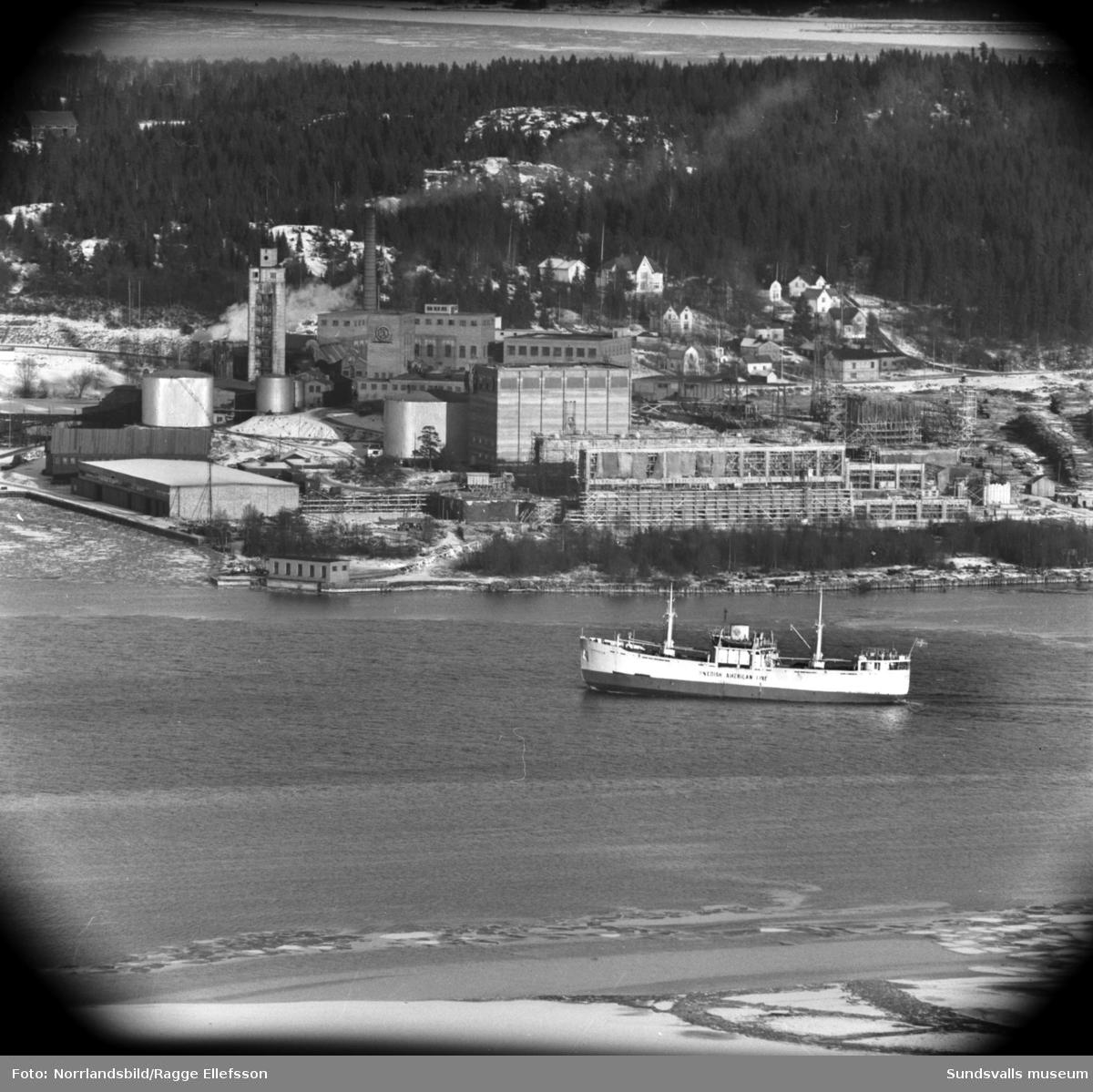 Ortvikens massafabrik fotograferad från Södra berget. I bildens överkant syns Alnö.