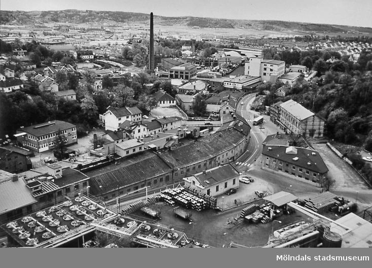 Vy från SOAB:s silotorn i Mölndals Kvarnby mot väster. Okänt årtal. Närmast ses bebyggelse vid Kvarnbygatan, Götaforsliden och Gamla Torget. Därefter följer industribebyggelse på pappersbruket Papyrus fabriksområde i Forsåker. I bakgrunden ses Balltorp. AF 3:35.