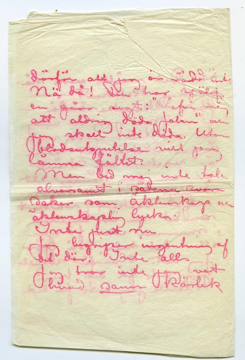"""Brev 1904-01 från John Bauer till Ester Ellqvist, bestående av tio sidor skrivna på fem tunna, vikta pappersark. Huvudsaklig skrift handskriven med rosa bläck.  BREVAVSKRIFT: . [Sida 1] Sjövik i Jönköping Januari 1904 . Esther!! Skal du forlofva dej du? -----Jasså ---- Ja. Jag bör och skall lämna fältet utan strid. Han är naturligtvis en stor karl med höghatt och med mustacher och kanske skägg och allting. Utan strid går jag. Men det är inte . [Sida 2] därför, att jag inte kan svära på, att jag inte nästa vecka möter nå- got ännu vackrare Jag vill göra [överskrivet: det] – och du med. Men äktenskapet, den  där långa, långa sam lifnaden, den - vet du hvad Strindberg säger i ett af sina dramatiska arbeten? Kanske han lju- ger, men han brukar  aldrig ljuga. """"Jag har sett ett äktenskap på nära håll och det . [Sida 3] var vidrigt."""" Kanske det inte stod """"vidrigt"""" men ordet var kraftigt. Låt mej slippa tala om det. Jag erkänner att jag inte kan det En sak har jag ändå fått för mej. Om du inte kan tänka på ho- nom, den med [överskrivet: hvik] hvilken du skall förlofva dej, samtidigt känna en kän [en bit av bokstäverna är borta i marginalen på denna och de följande raderna] la af samhörighet NU så kanske en tid komm mer då du skall göra det. Nota bene du högakt . [Sida 4]  honom och han älskar dej. Jag menar det omöj- ligt, att inte älska fa dren till sitt egna barn sitt egna lilla lifs För barn är ändå det vack raste som finns. Barn är englar på jorden. [nästan utplånat ord] bör kunna uträtta mycke Där har du lite alvar Du som bett om det får skylla dej själf. Jag tycker det låter tillgjordt och lessamt. Hon har rest nu, flickan  [Sida 5]  därför att jag är rädd inte Nä då! Du har själf en gång sagt: """"Lofva mej att aldrig döda John"""" och  jag skall inte döda. Utan blodsutgjutelse vill jag lämna fältet. Men bed mej inte tala alvarsamt i sådana svåra saker som äktenskap och äktenskaplig lycka. Inte just nu Jag begriper ingenting af  det där. Inte alls Jag tror inte jag vet hva"""