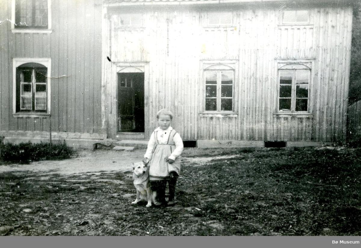 Foto av ei ukjent jente med hund