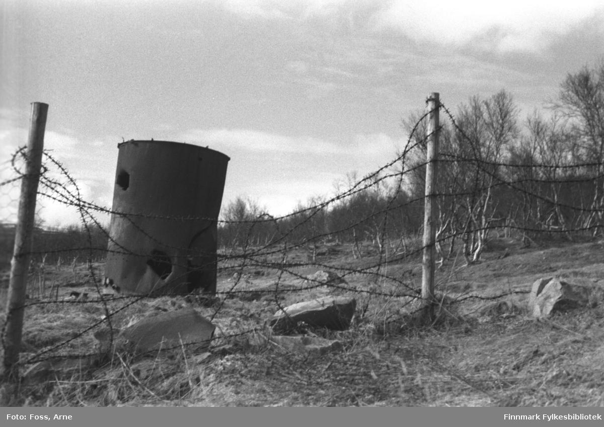 Piggtrådgjerde og rusten tønne, fra veien mellom Rustefjelbma og Smalfjord, i mai 1946.