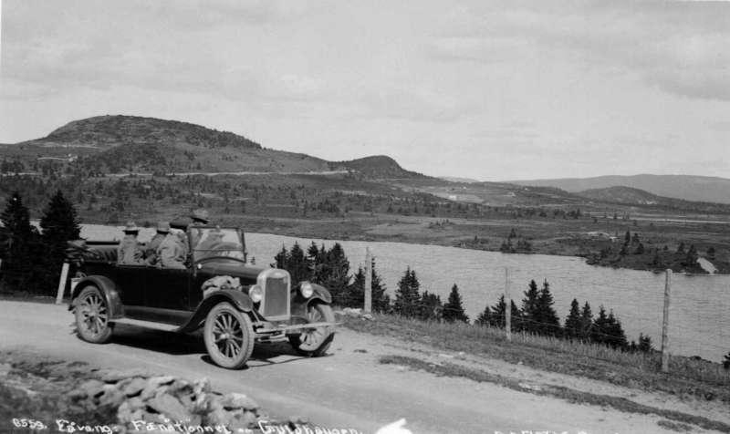 Ringebu. Bil på vei mot Guldhaugen. Chevrolet 1925.
